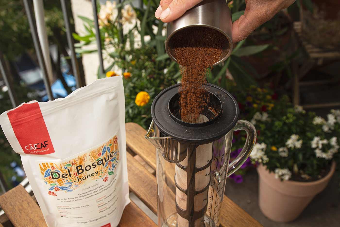 CafCaf Cold Brew Zubereitung: Schritt 1 Kaffeemehl in den Zubereiter einfügen