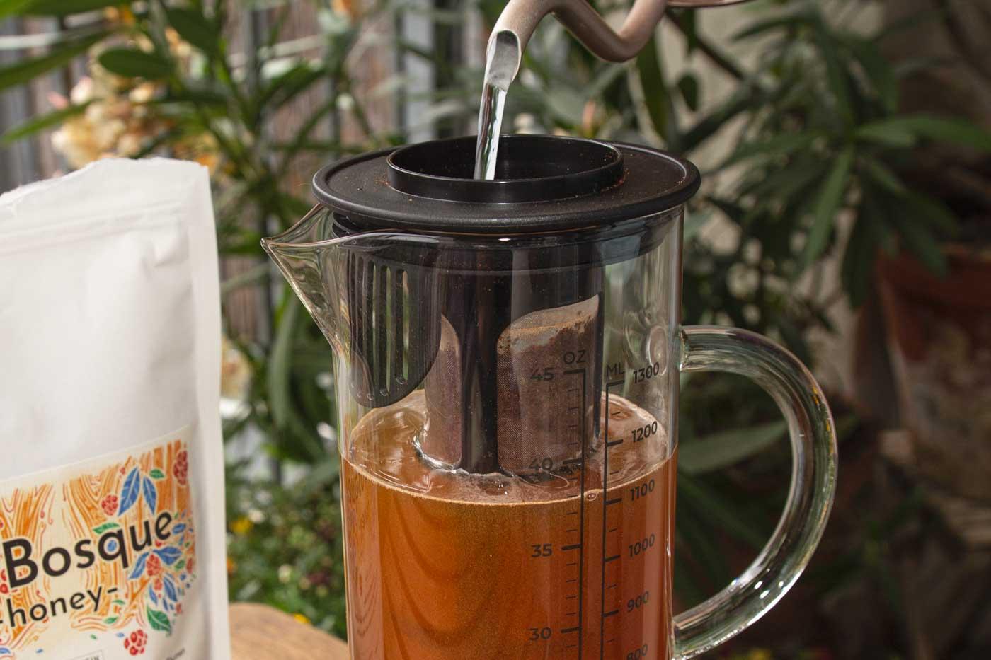 CafCaf Cold Brew Zubereitung: Schritt 2 Wasser in den Zubereiter eingießen