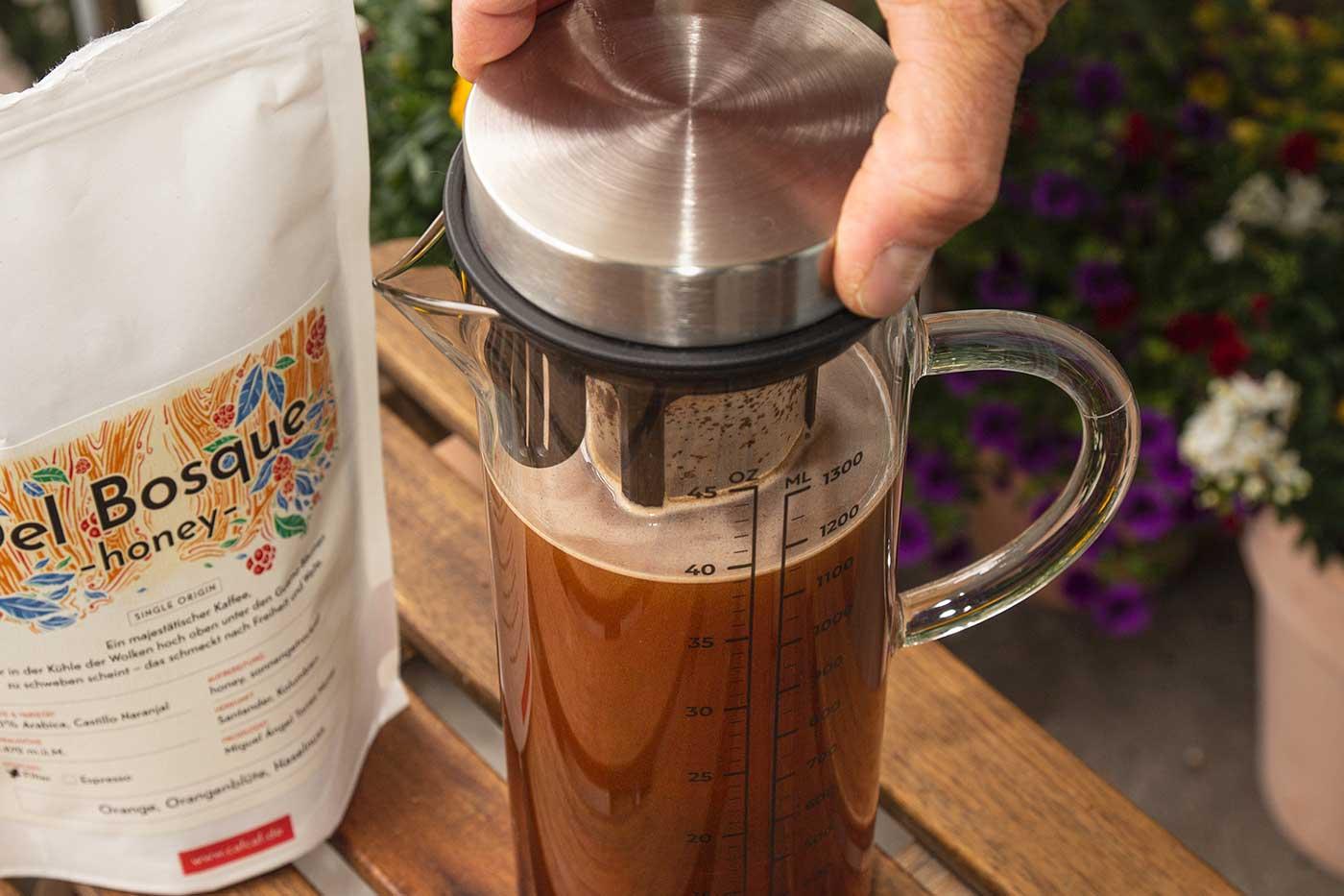 CafCaf Cold Brew Zubereitung: Schritt 3 mindestens 12 Stunden ziehen lassen