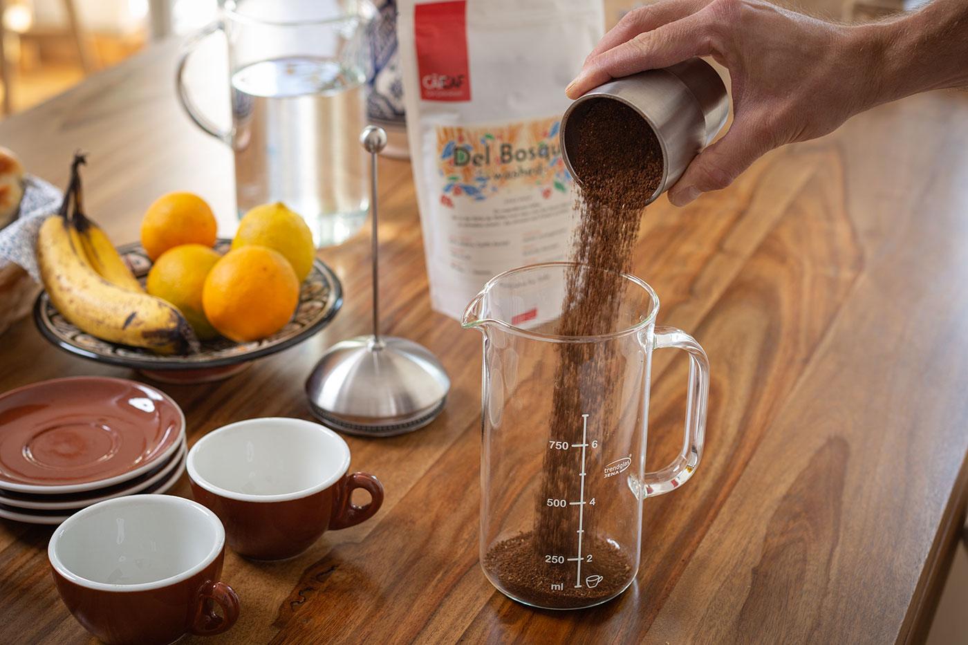 French Press Zubereitung: Kaffeemehl beifügen