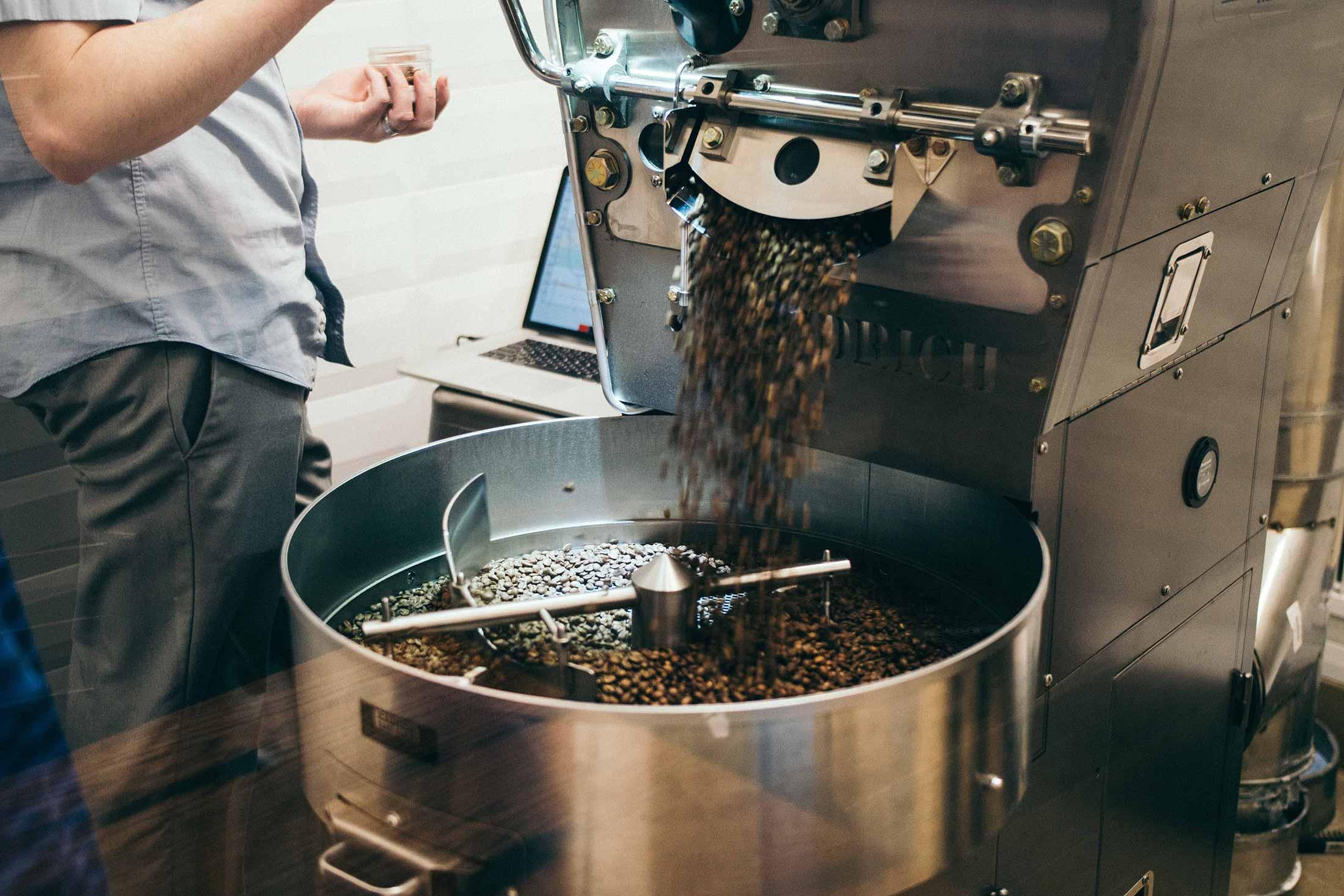Trommelröstmaschine: Der fertig geröstete Kaffee fällt ins Kühlsieb.