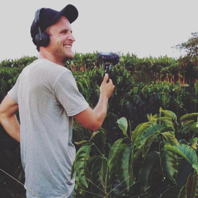 Matthias bei der Soundaufnahme in den Kaffeefeldern.