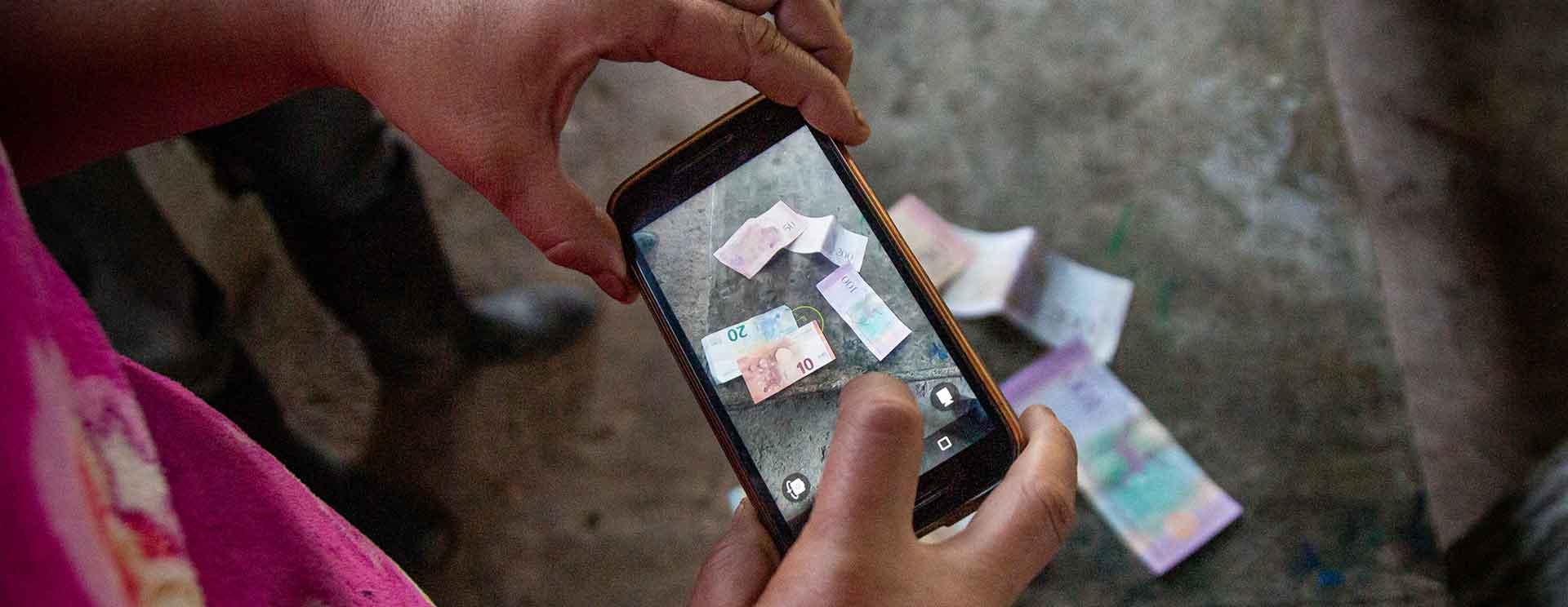 Marioska fotografiert Euro-Scheine, die ich auf meiner Kolumbienreise dabei hatte.