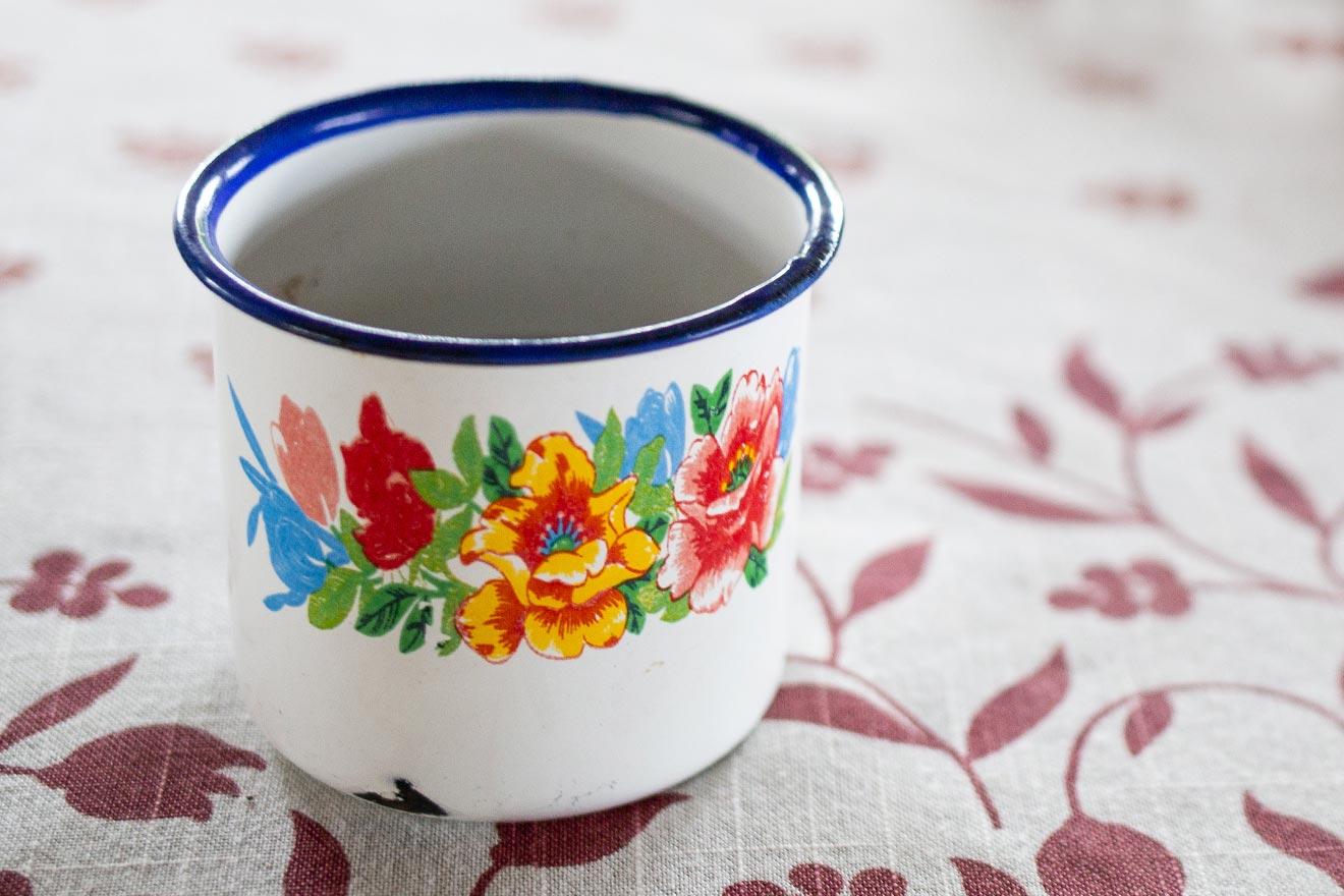 Nostalgie und Moderne: Kaffeetassen aus Emaille