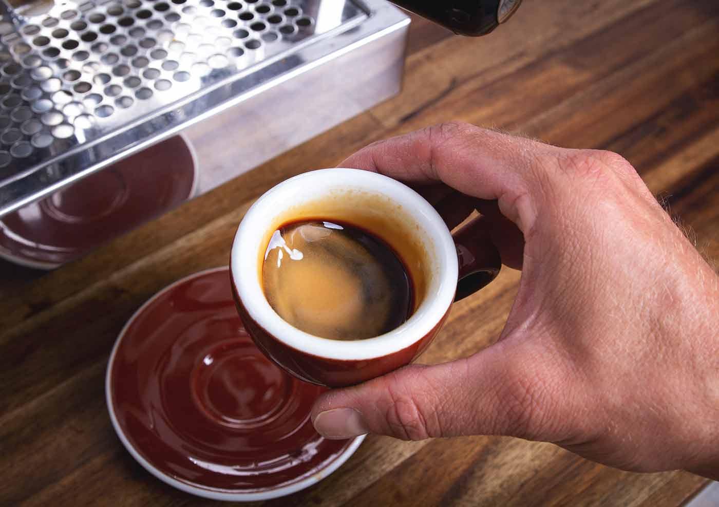 Schritt 7: Genießen – Espressozubereitung in der Siebträgermaschine.