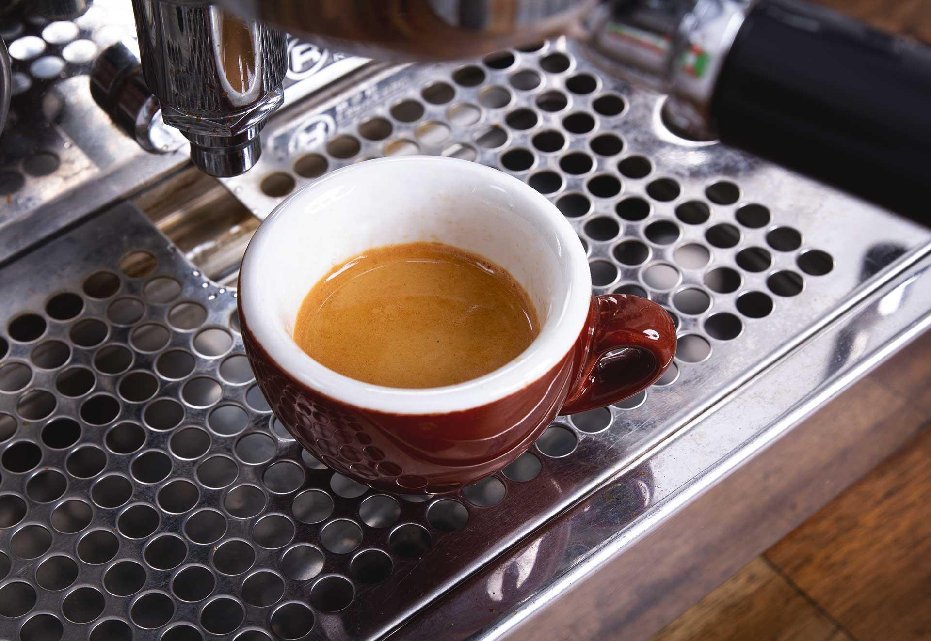 Schritt 7: Genießen! – Espressozubereitung in der Siebträgermaschine.