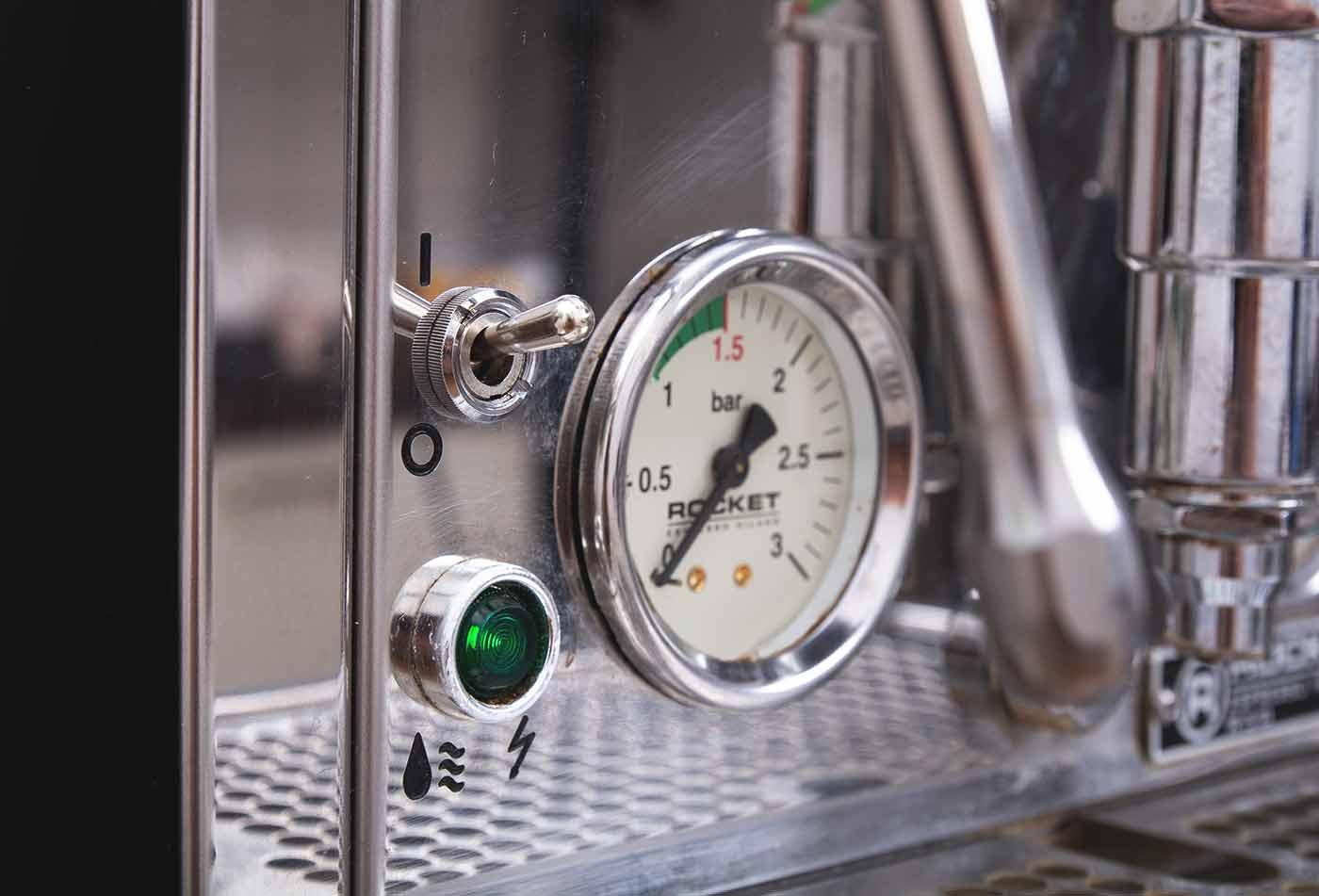 Schritt 1: Siebträgermaschine vorheizen – Espressozubereitung in der Siebträgermaschine.