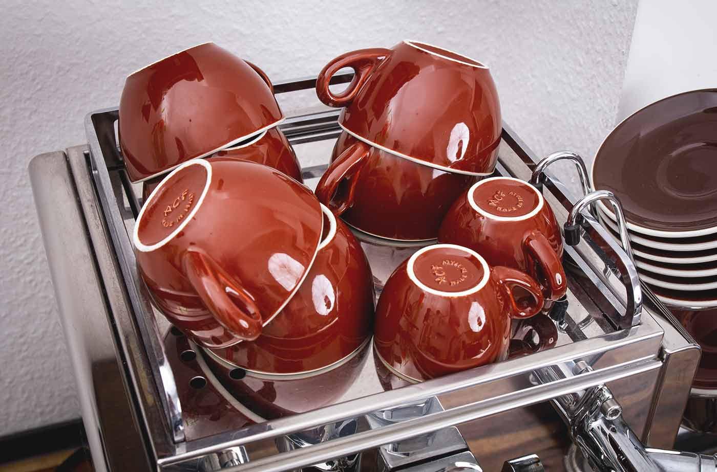 Schritt 1,5: Tassen vorwärmen – Espressozubereitung in der Siebträgermaschine.