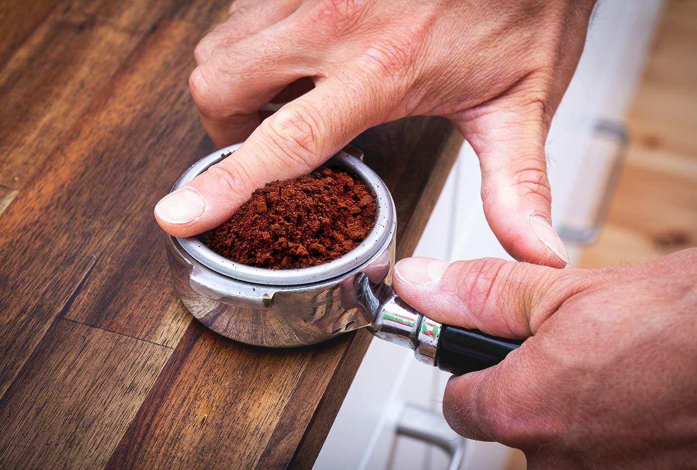 Schritt 3: Das Pulver leveln – Espressozubereitung in der Siebträgermaschine.