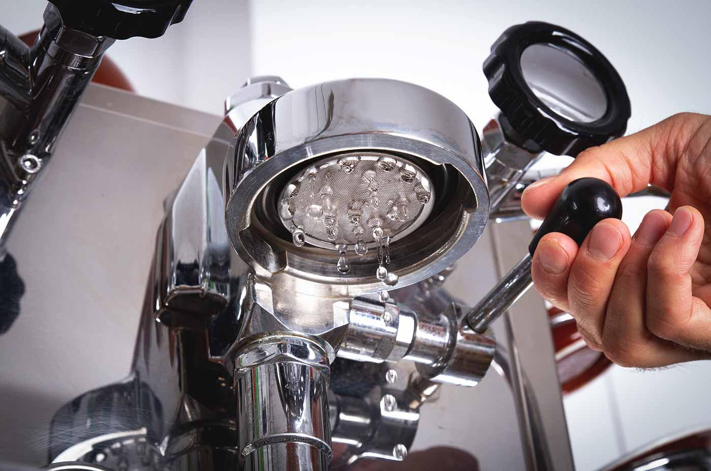 Schritt 4: Flushen – Espressozubereitung in der Siebträgermaschine.