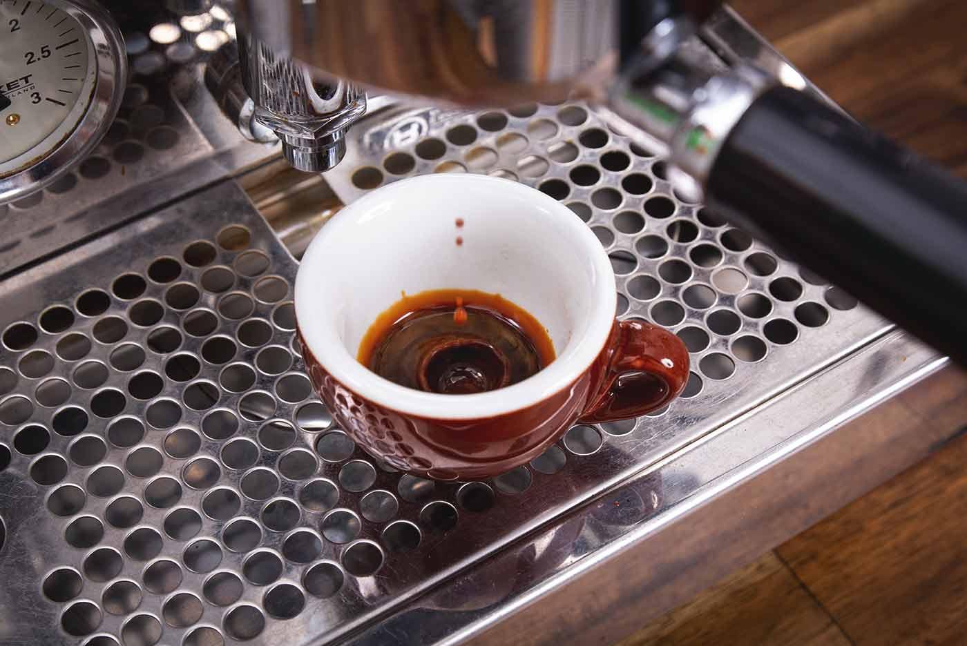 Schritt 6: Siebträger einhängen und Espresso beziehen – Espressozubereitung in der Siebträgermaschine.