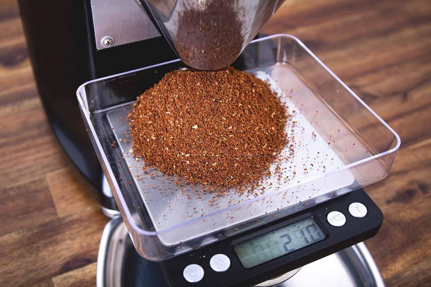 Schritt 1: Kaffee mahlen. Kaffeezubereitung mit dem Hario V60 Handfilter.