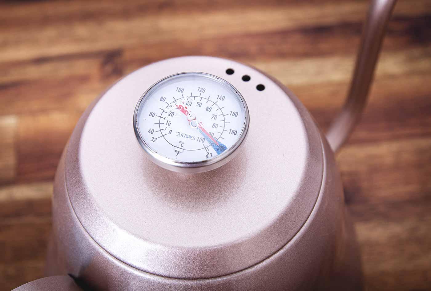 Schritt 2: Wasser kochen. Kaffeezubereitung mit dem Hario V60 Handfilter.