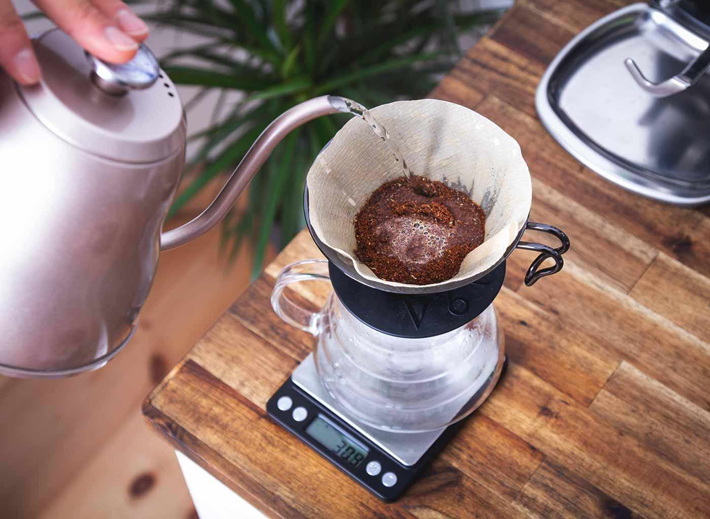 Schritt 4: Kaffee extrahieren. Kaffeezubereitung mit dem Hario V60 Handfilter.